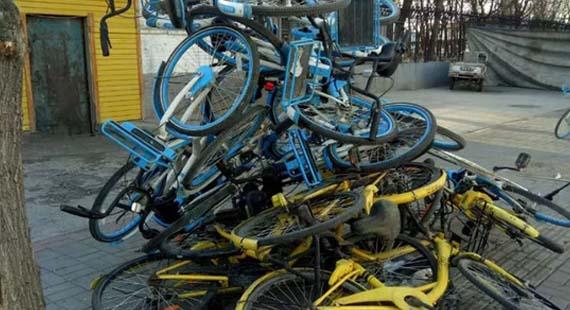 共享单车堆路边 不雅!