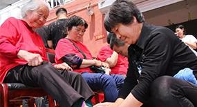 """300村民集体为父母洗脚,这样的""""仪式感""""可以多一些"""