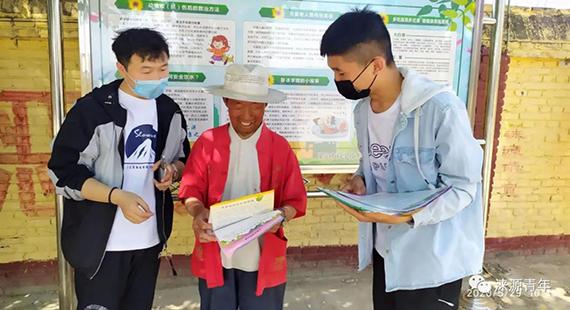团涞源县委、县科技局开展农业科技和垃圾分类宣传活动