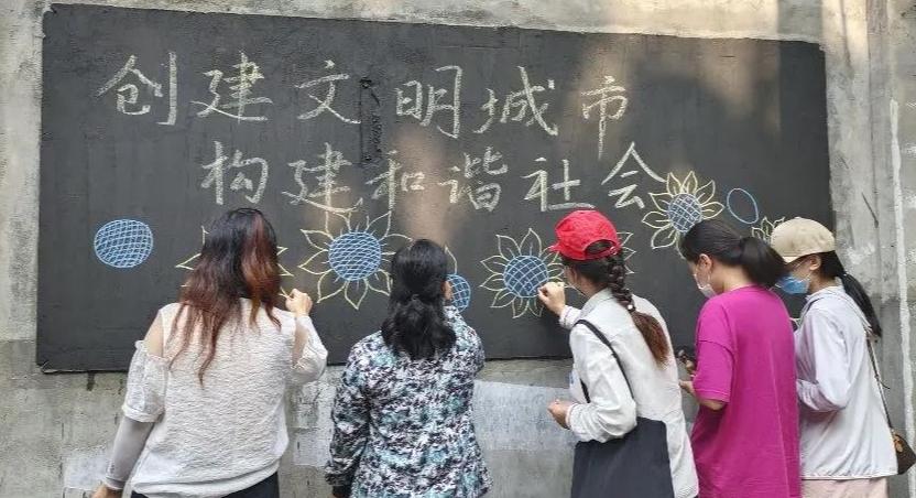 """青年路小学开展""""党员进社区 创建文明城""""活动"""