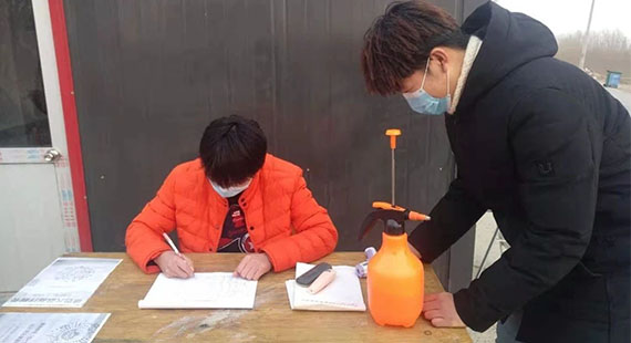 大学生冯雪涵返乡成为疫情防控志愿者