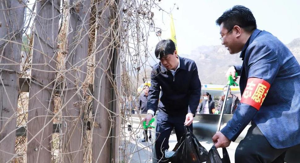 王江带头参加爱国卫生运动暨路域环境整治行动
