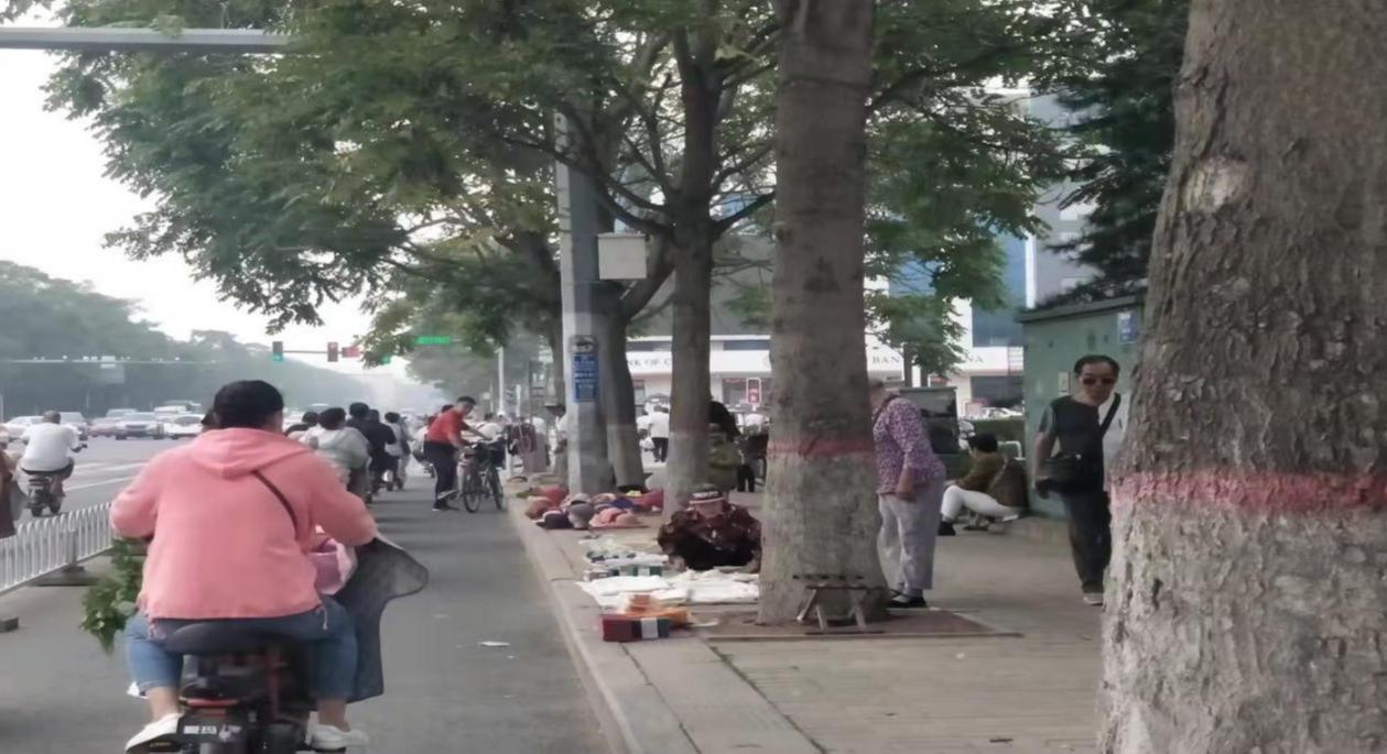 滨河公园长城大街有游商占道