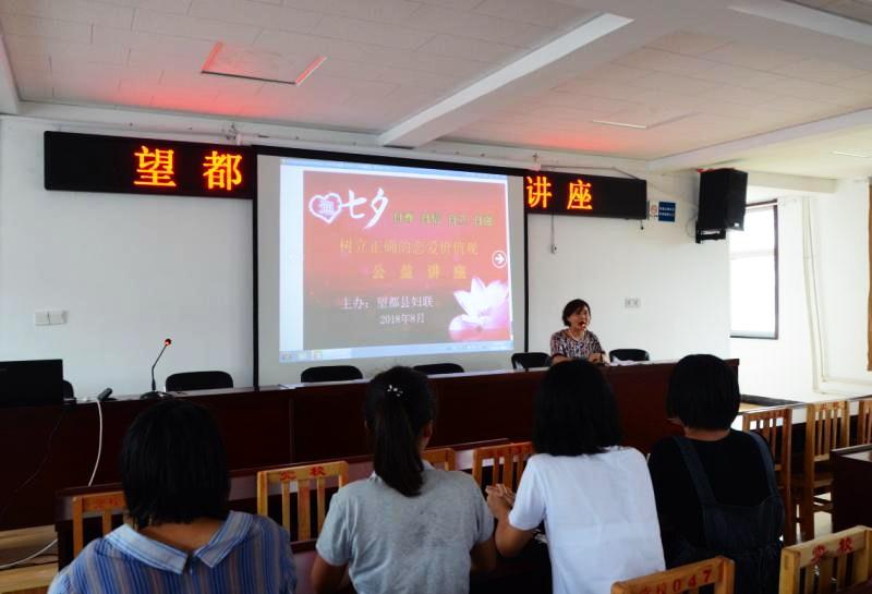 县妇联主席左春惠寄语课堂上的高中毕业生.jpg