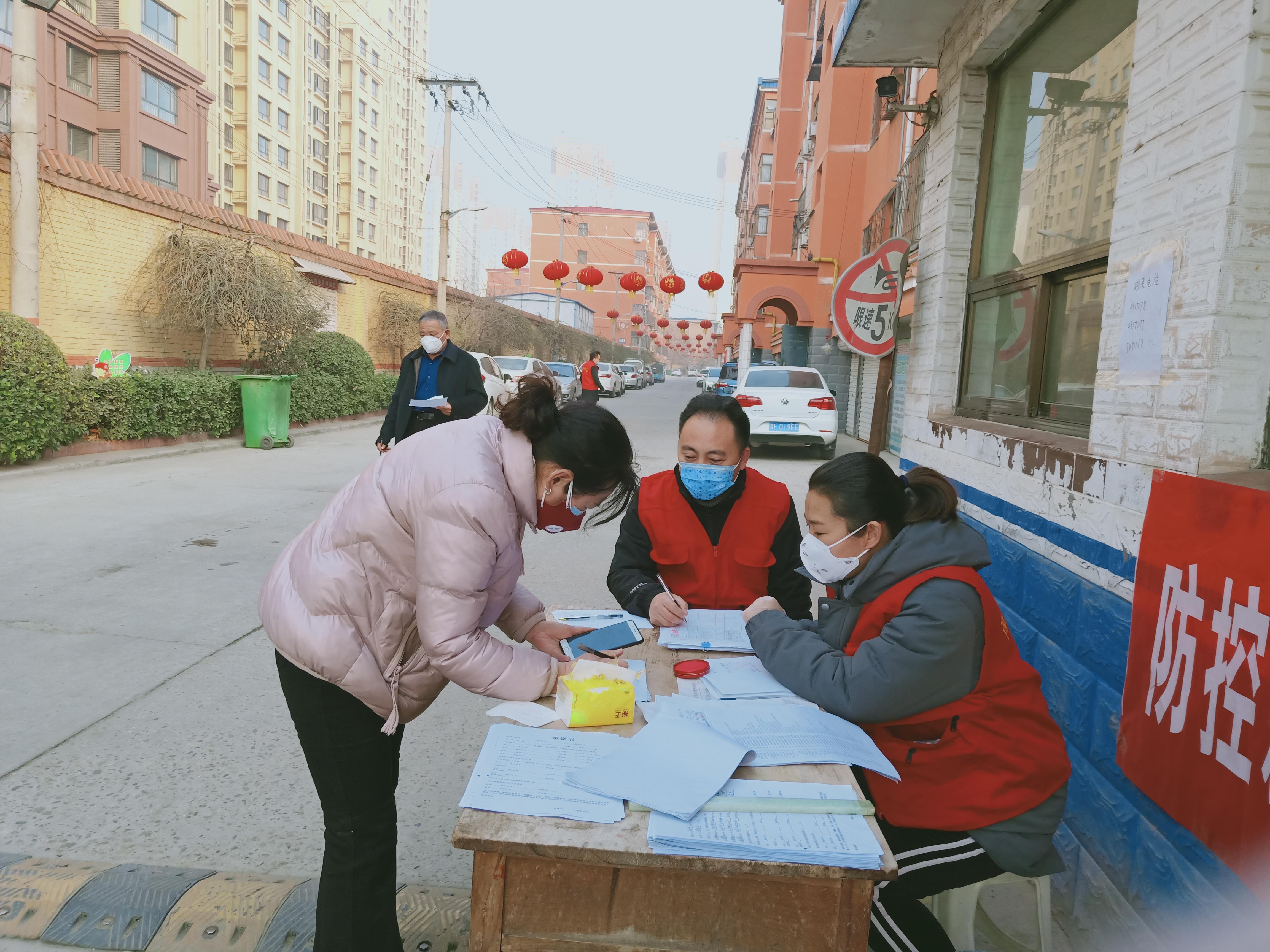 志愿者在检查站.jpg