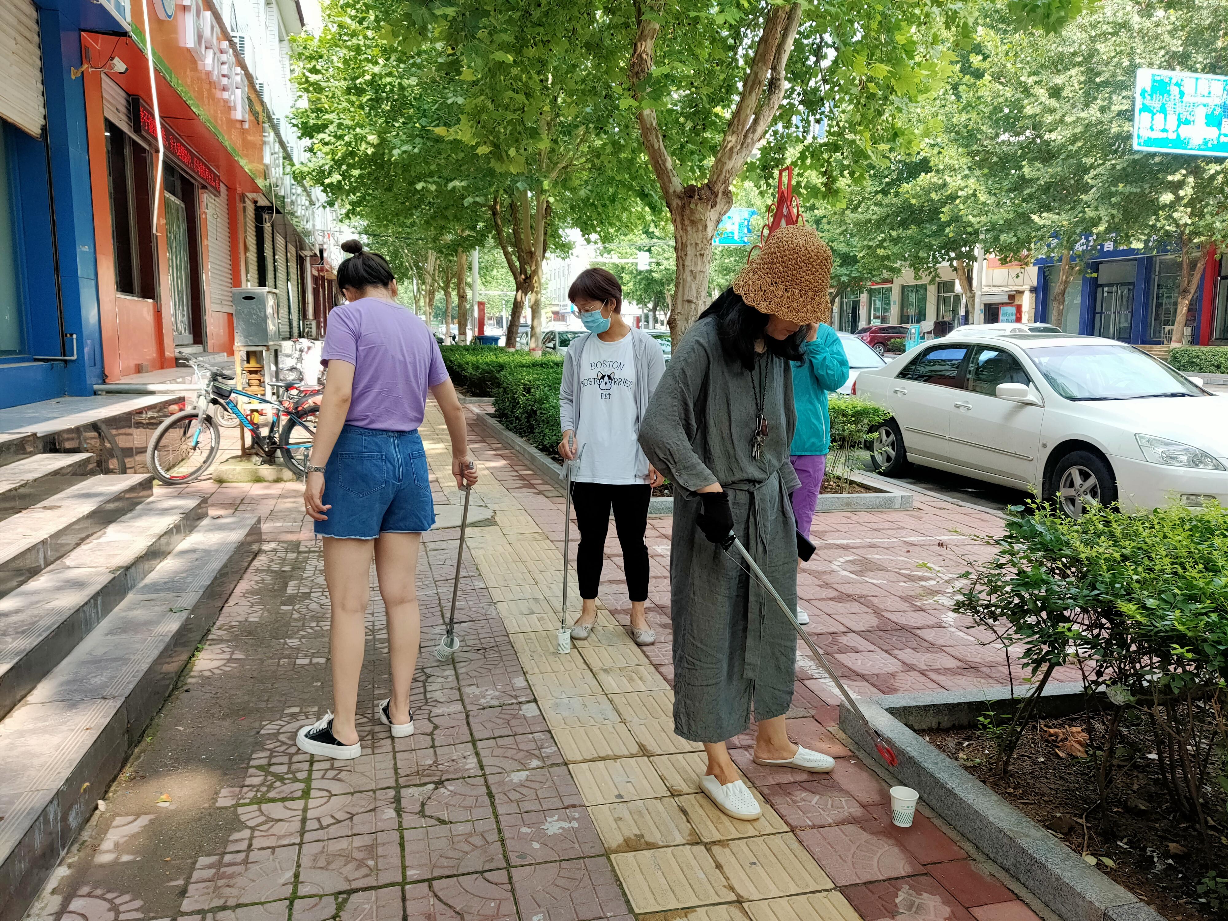 7月13日,文明单位邮政公司组织党员志愿者到分包路段开展道路环境卫生整治.jpg