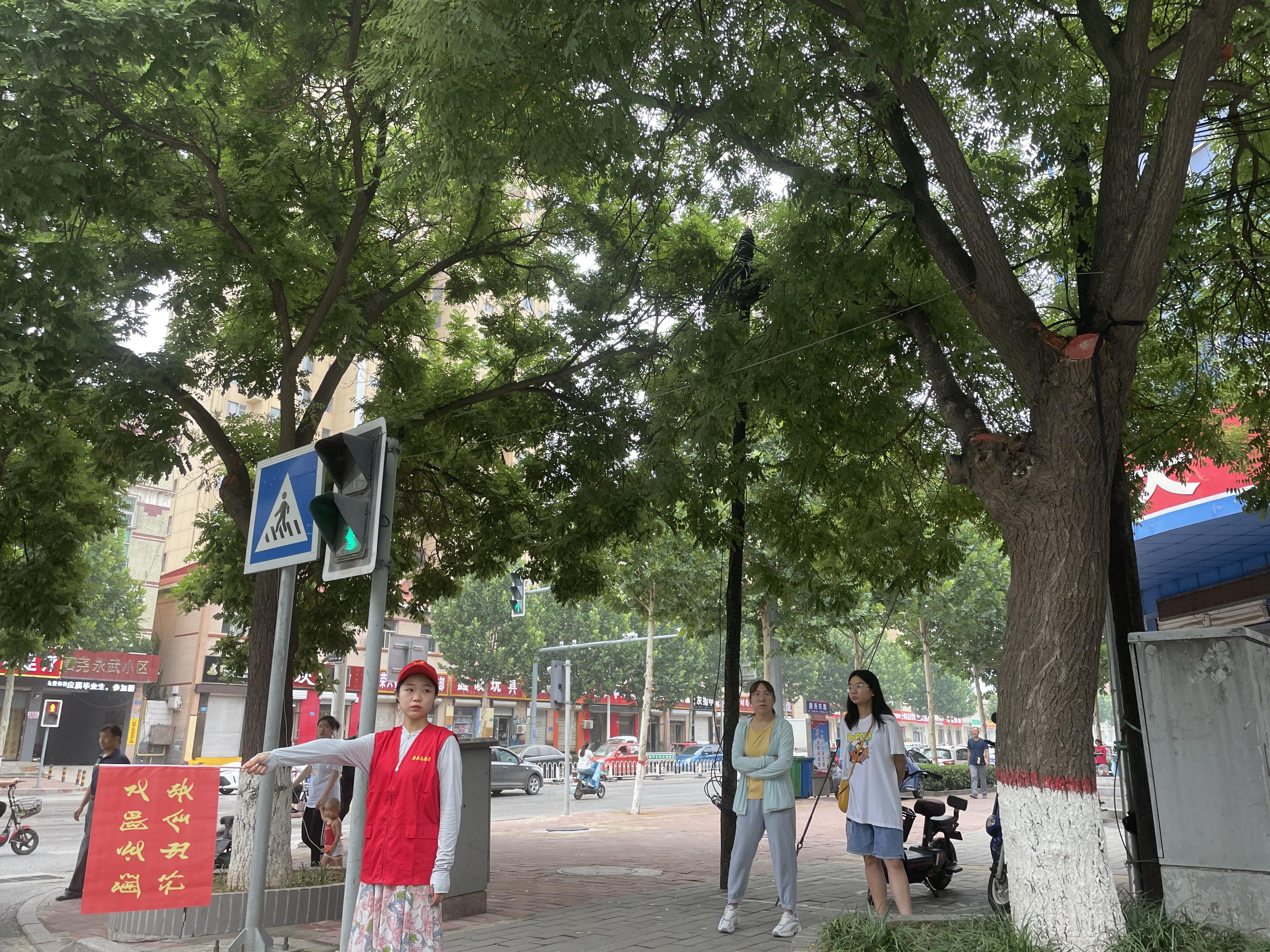 7月13日,青年志愿者到路口进行文明交通引导.jpg